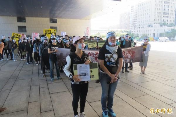 60餘名大學生「怒」圍台中市府爭好空氣,但眾人枯等10分鐘,台中市未派員受理陳情。(記者蘇孟娟攝)