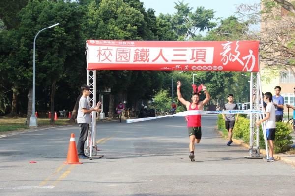 工業設計碩士班校友陳俊才以42分23秒擒下個人男子組第1名。(高雄第一科大提供)