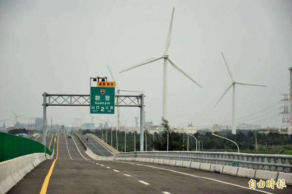 台61線觀音至永安交流道通車了,沿途風景秀麗。(記者李容萍攝)