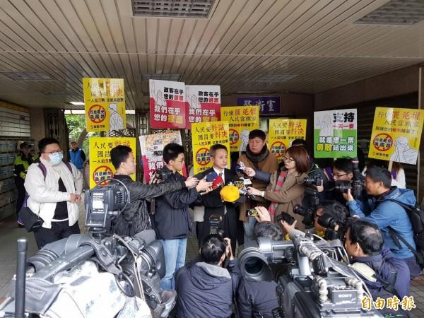 台灣首次電視罷免說明會,今天早上在汐止觀天下有線電視直播,圖為安定力量主席孫繼正在說明會前受訪。(記者俞肇福攝)