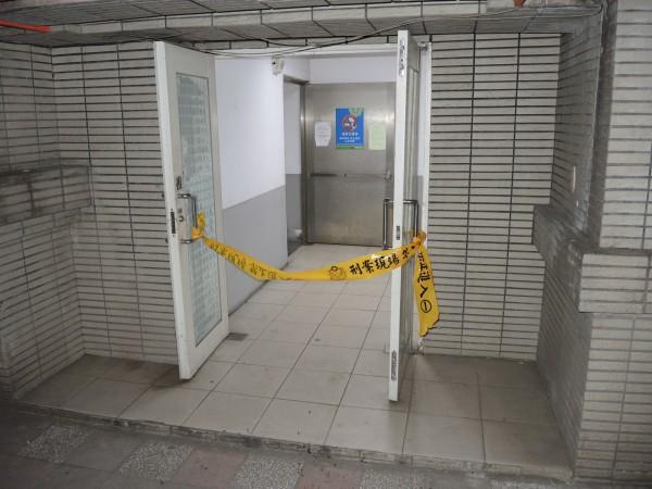 劉男於停車場內的逃生梯處上吊自殺。(記者陳薏云翻攝)