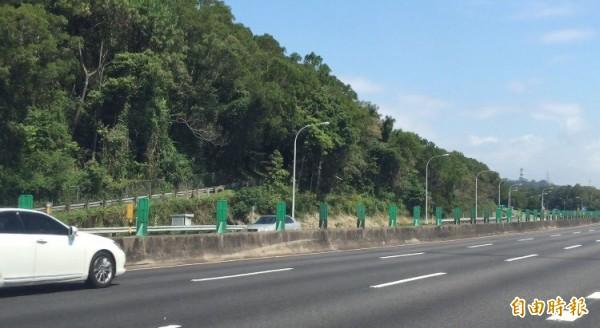 國道3號關西服務區通往省道台3線的便道(圖左上)緊鄰著國道範圍(圖右下),高公局認為如果開放改做匝道,除了要做水保計畫,也必須做環境影響的差異分析。(記者黃美珠攝)
