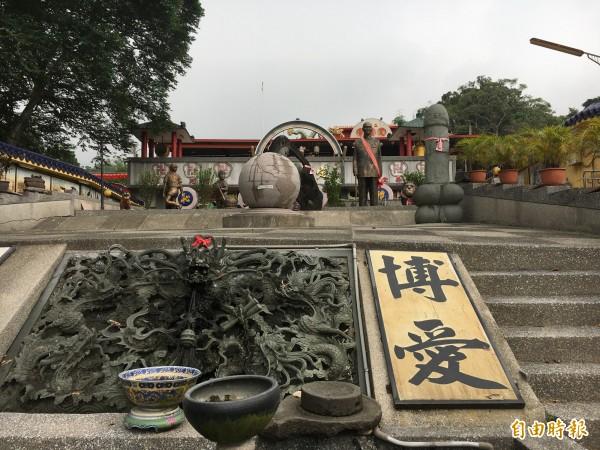 二水定覺寺的蔣介石有「屌神」相伴,廟方說,銅像要擺在哪裡都由「天神」指定。(記者顏宏駿攝)