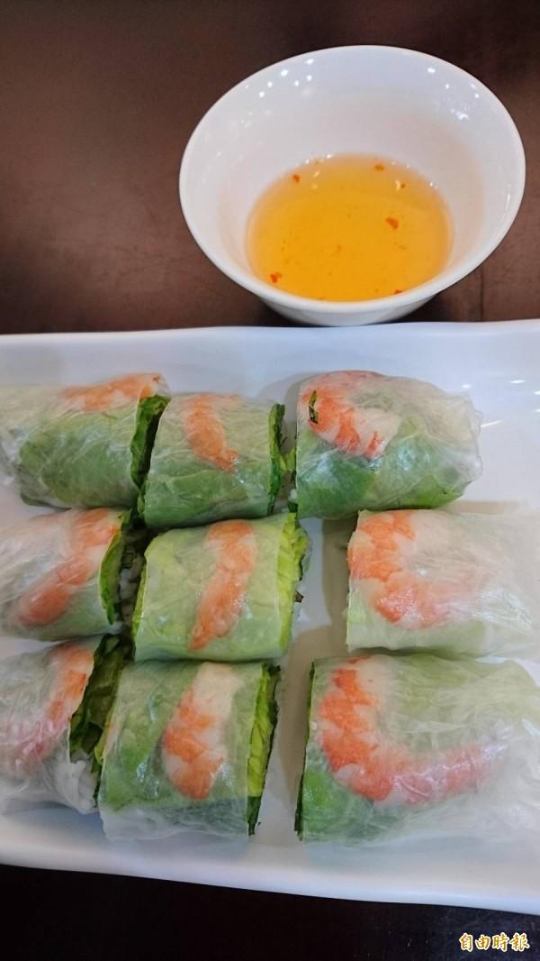 涼拌春捲包入新鮮蝦子,讓客人讚不絕口。(記者洪瑞琴攝)