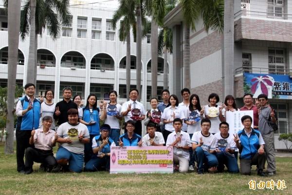 鳳山商工學生摘下7支金手獎、1支團體獎亞軍及2支優勝,榮獲10大獎項殊榮。(記者陳文嬋攝)