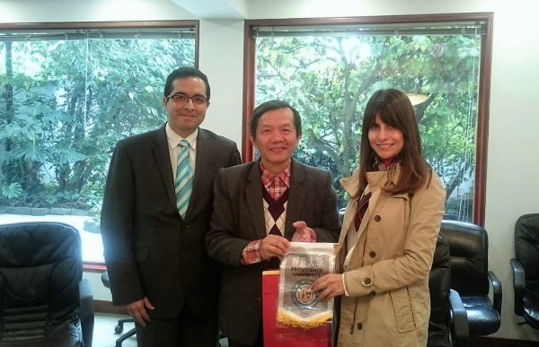 靜宜大學寰宇外語教育學程主任何國世(中)與哥倫比亞知名大學簽訂合作交流。(記者張軒哲翻攝)