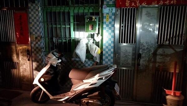 北市中央北路一段巷弄內,今天凌晨再度遭人縱火,警方在10分鐘內逮回22歳陳姓無業男。(記者陳恩惠翻攝)