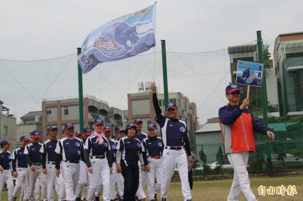 15支隊伍陸續進場,再度燃燒年少時代的「野球魂」。(記者張瑞楨攝)