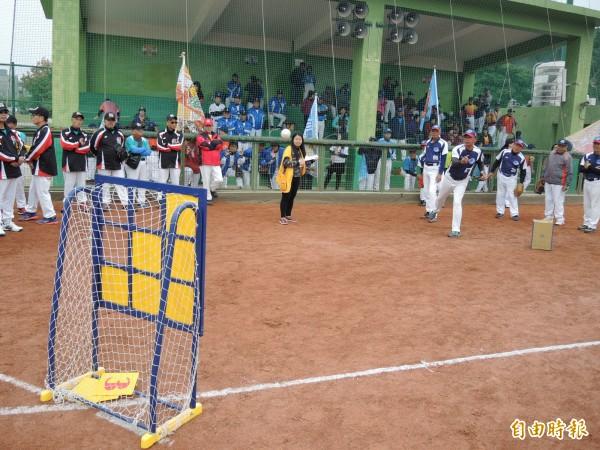 球技不重要,健康運動才重要,競賽項目以趣味為主。(記者張瑞楨攝)