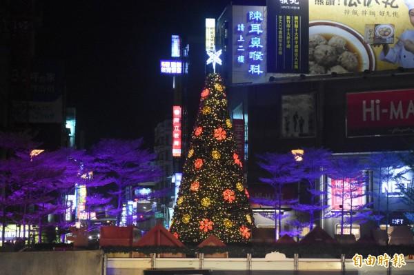 象徵新竹市感恩季開跑的「耶誕點燈」,東門圓環9公尺高的耶誕樹今晚點亮。(記者王駿杰攝)
