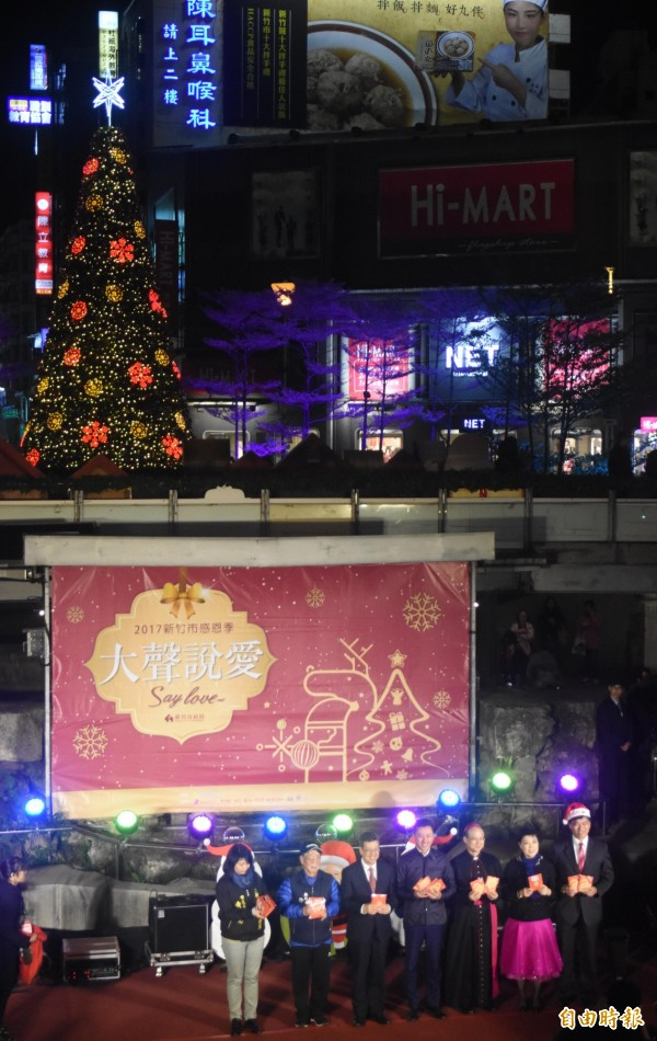 象徵新竹市感恩季開跑的「耶誕點燈」今晚於東門城廣場登場,市長林智堅、副總統陳建仁攜手為東門圓環9公尺高的耶誕樹點燈。(記者王駿杰攝)