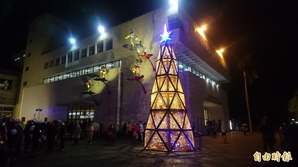新營文化中心廣場的耶誕樹,今晚點燈。(記者楊金城攝)