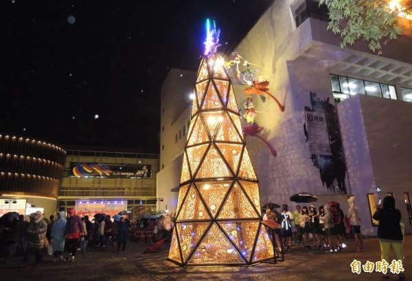 新營文化中心廣場的8公尺高竹編耶誕樹,以手工用一片片編織組成。(記者楊金城攝)