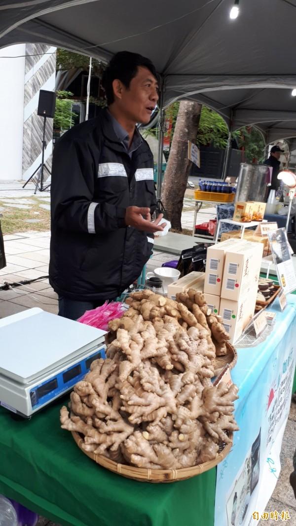 台東年終農夫市集今在鐵花路開賣,神農獎得主詹明崇展售薑及咖啡等產品。(記者黃明堂攝)
