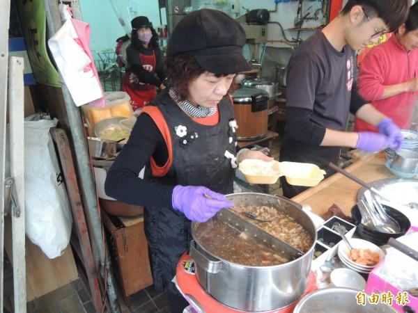 葉成豐麵線糊好吃秘密全在這鍋肉燥。(記者陳燦坤攝)