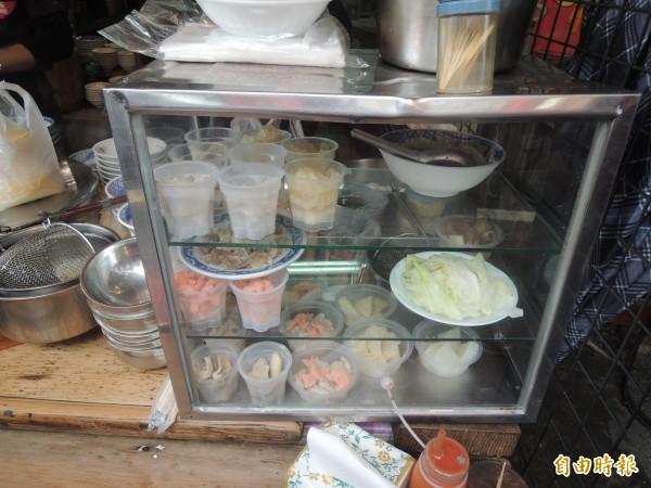 葉成豐麵線糊攤位擺設不少自行開發小菜。(記者陳燦坤攝)