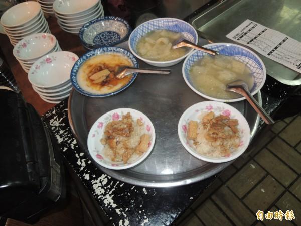 麵線糊、油飯及爆皮湯是葉成豐來店消費者常點的早餐。(記者陳燦坤攝)