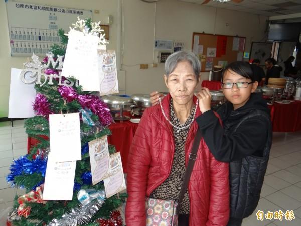 環宇文教基金會幫忙募得一條水晶項鍊,讓少女小眉(右)送給沒有任何首飾的曾祖母,作為圓夢耶誕禮。(記者王俊忠攝)