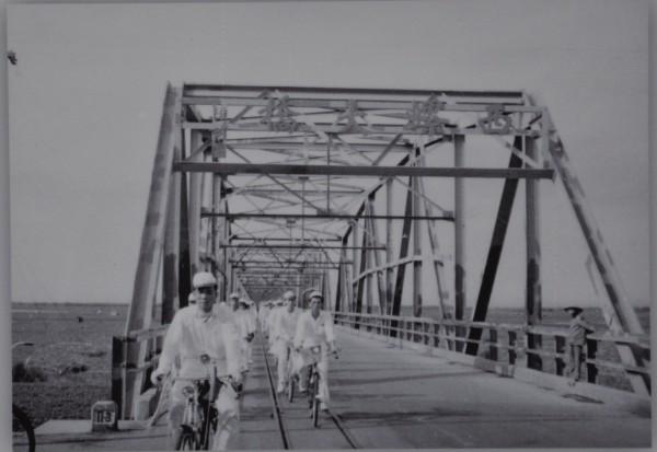 圖為早年苗栗鐵馬進香車隊行經西螺大橋照。(記者彭健禮翻攝)