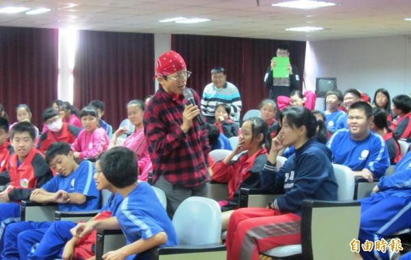 東山國中積極推廣閱讀,邀請「怪獸獵人」作家張友漁與學生分享寫作心得,激盪學生豐富想像力,共度美好的文學午后。(記者王涵平攝)