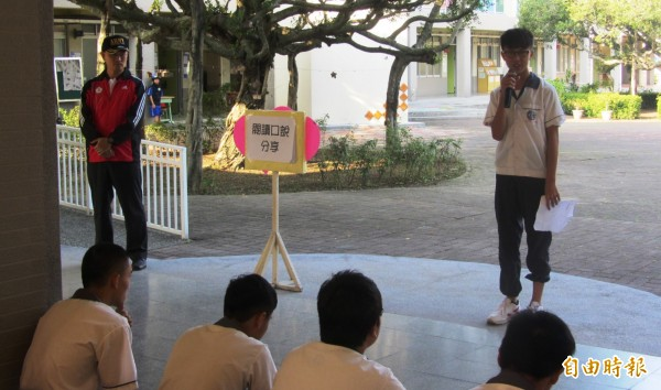 東山國中每週四晨讀時光全校班級共讀,在週二朝會由班級輪流請同學口說分享閱讀的大意及心得。(記者王涵平攝)