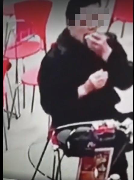 店內監視器拍下該名男子試戴牙套的過程。備註:照片來源翻攝自館長臉書。(記者曾健銘翻攝)