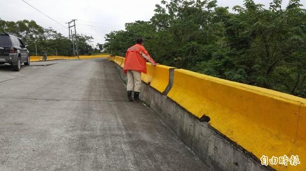 路面塌陷與路邊護欄有明顯落差,塌陷最深處已超過一個成人的膝蓋。(記者王秀亭攝)