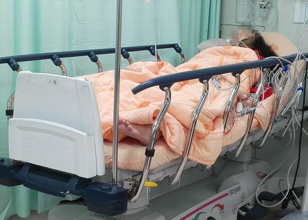 林姓婦人經彰基漏夜搶救,昏迷指數已稍微回升,惟仍有生命危險。(記者湯世名翻攝)