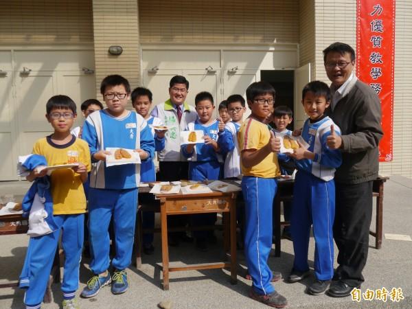 大秀國小學童製作烏魚子。(記者張軒哲攝)