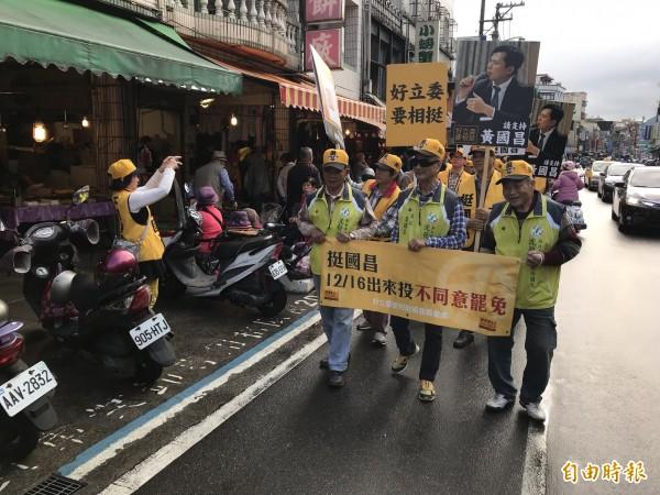 時代力量立委黃國昌今天早上在金山大街小巷掃街,呼籲鄉親明天出來投下不同意罷免票。(記者俞肇福攝)