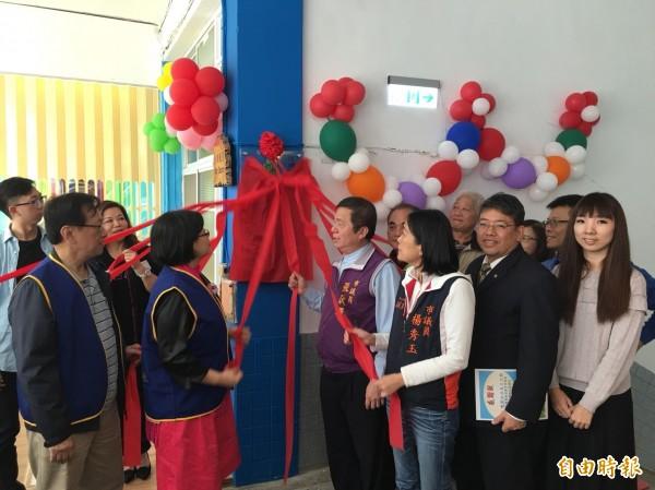 台北老松扶輪社捐款改善復興國小閱讀走廊,今天早上啟用。(記者俞肇福攝)