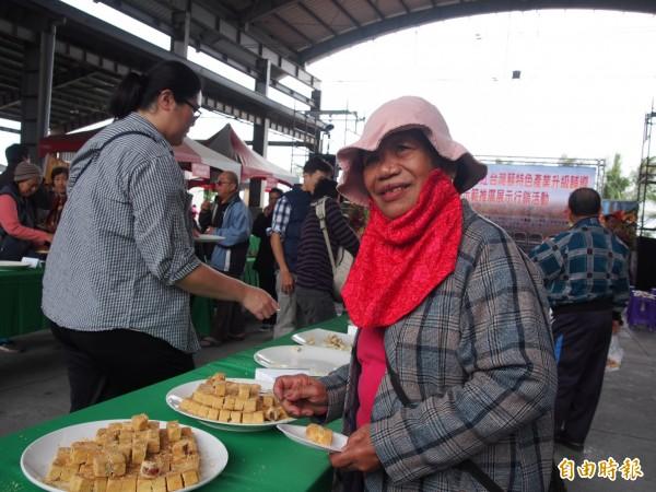 紅藜餐點才開放民眾品嘗,多數餐點隨即被掃光。(記者王秀亭攝)