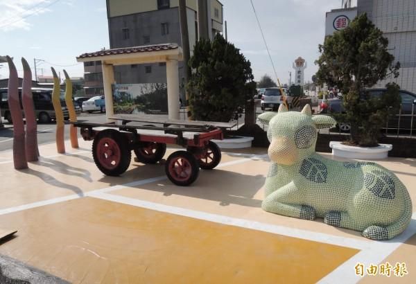 北門區公所廣場的入口意象,擺了牛車和水牛、水草雕塑裝置藝術。(記者楊金城攝)
