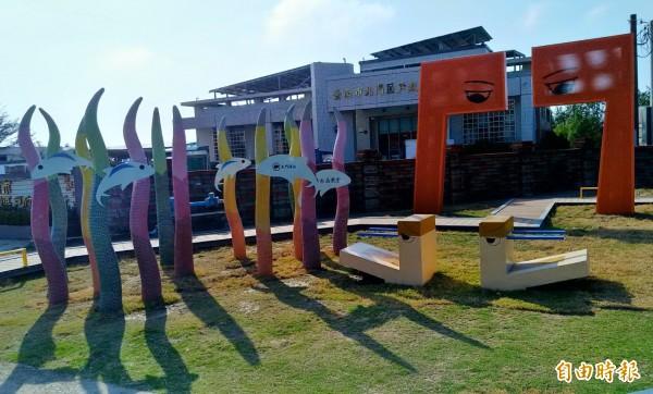 北門入口意象裝置藝術,有大大的「北」「門」和虱目魚在水草裡悠遊的雕塑品。(記者楊金城攝)