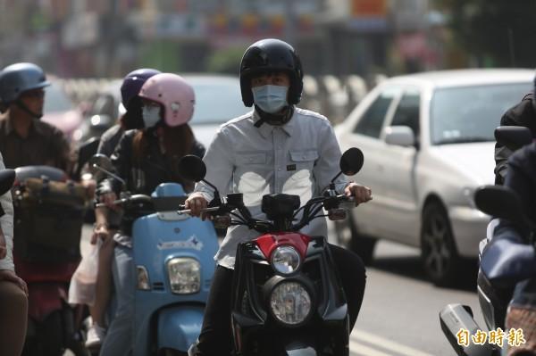 台灣的空污來源近日引發爭議,中興大學環工系教授莊秉潔說明,今年中南部空污有5成為工廠污染。(記者蔡淑媛攝)