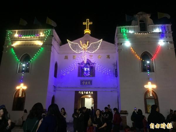 萬金聖母聖殿今晚點燈,民眾到場參觀。(記者羅欣貞攝)