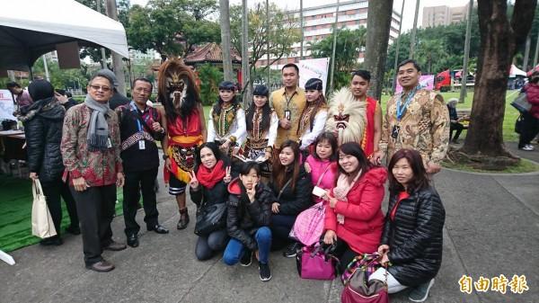 東南亞新住民穿著傳統服飾與台灣民眾熱情交流。(記者陳鈺馥攝)