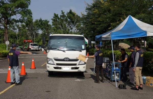 環保局加強柴油車路邊攔檢。(記者陳文嬋翻攝)