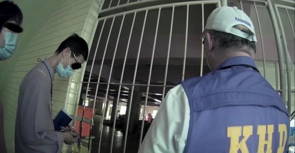 龍發堂爆發傳染病疫情,防疫人員前往稽查,但各樓層鐵門都上鎖,要進入必須找工作人員開門。(衛生局提供)