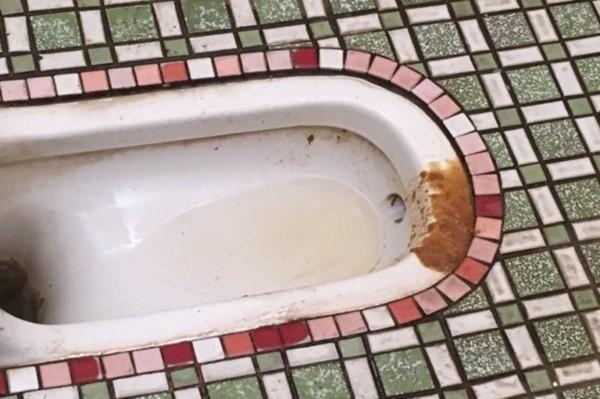 蹲式廁所糞便髒污。(衛生局提供)
