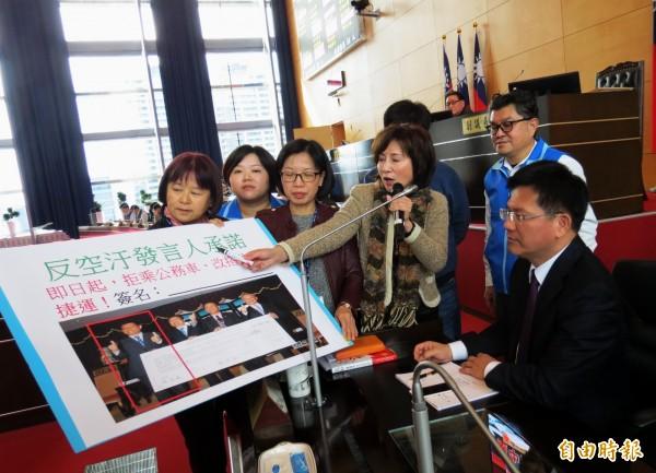 國民黨市議員要求市長林佳龍(右1)宣示拒乘公務車,改搭公車或捷運。(記者張菁雅攝)