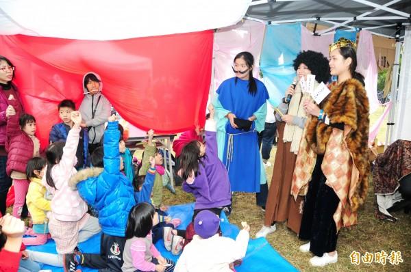 靜宜大學「耶穌聖誕馬槽劇場」,由學生擔綱演出耶穌誕生的故事,並穿插劇情有獎問答。(記者張軒哲攝)