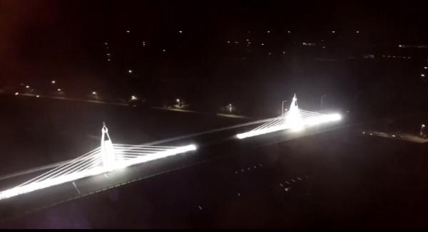 王功脊背橋晚間將不定時點亮,可望成為王功漁港觀光新「亮」點。(彰化縣政府提供)