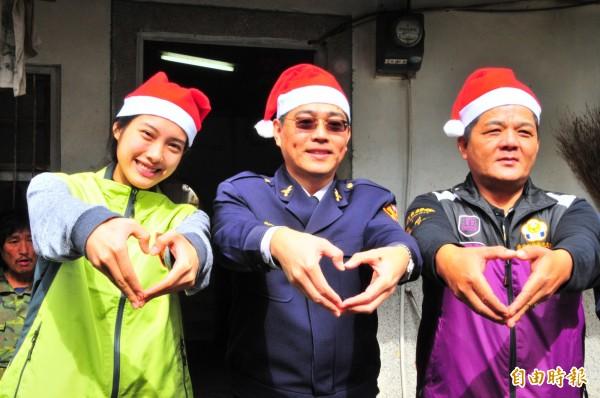 徐韻婷(左)、鳳林警察分局長楊峰明(中)及鳳林警友會長邱邦融(右),今天扮演耶誕老人,連陽光都探頭出來瞧瞧善心人的努力。(記者花孟璟攝)
