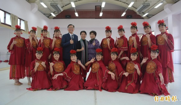 青年高中舞蹈暨影視科主任洪淑玲(後排左6),長期投入舞蹈教學與推廣,近年以舞蹈歌詠台灣歷史、文化,更獲得各界肯定,今年獲得教育部「藝術教育貢獻獎」。(記者陳建志攝)