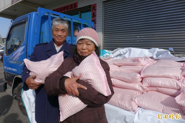 「白米伯」施性祺、李麗霞夫妻檔,今年又捐出自種、自曬的愛心白米。(記者劉曉欣攝)