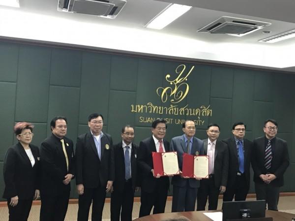 屏東大學古源光校長(中)與泰國RUN簽署學術交流合作協議。(圖由屏東大學提供)