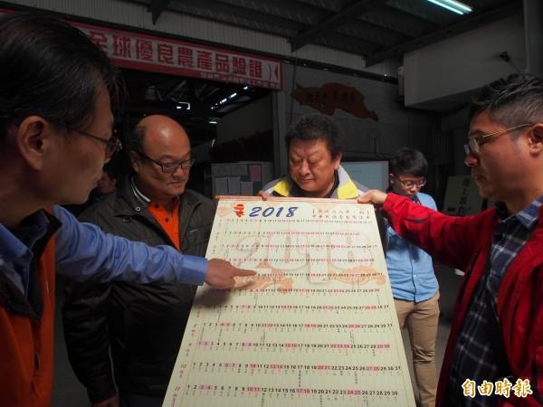 池上鄉首次發放年曆,鄉長向鄉民解釋使用方法。(記者王秀亭攝)