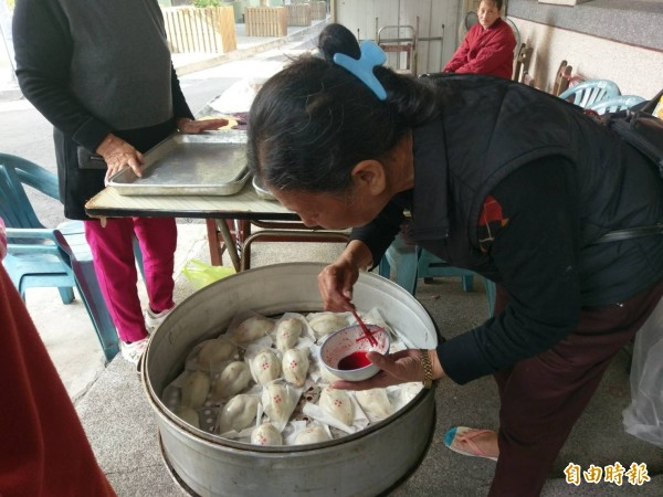 冬至必備美食除了湯圓還有菜粿。(記者黃文瑜攝)