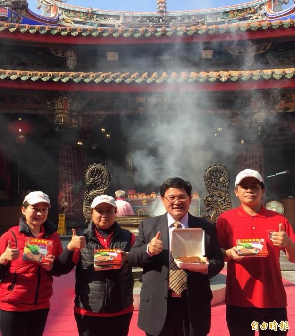 彰化市長邱建富(右二)與正忠排骨飯業者,呼籲民眾踴躍來南瑤宮領取2400個免費便當。(記者湯世名攝)